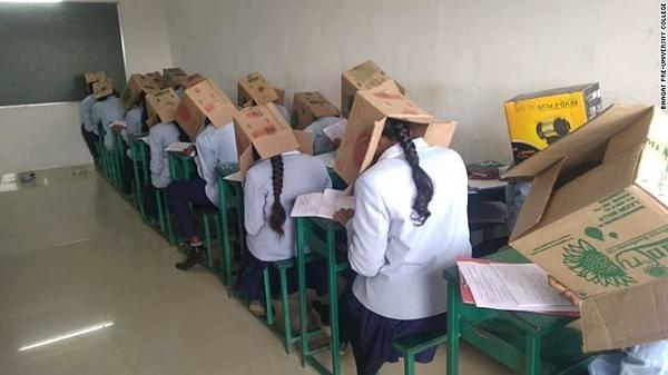 Trường học bị chỉ trích vô nhân đạo vì bắt sinh viên đội thùng các tông đi thi - 1