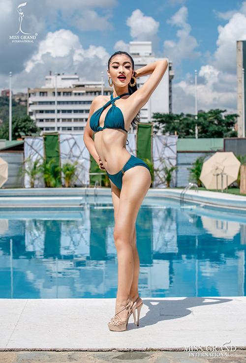 BTC Miss Grand International 2019 vừa công bố bộ ảnh chính thức phần thi bikini của 60 thí sinh. Đại diện Việt Nam - Kiều Loan - đang nằm trong Top 10 được bình chọn nhiều nhất. Bên cạnh những lời khen cách tạo dáng sáng tạo của Kiều Loan, nhiều bình luận cho rằng hình ảnh của cô bị photoshop quá đà. Phần đùi của người đẹp được kéo thon nên thiếu cân đối so với vòng ba, thân hình trở nên cong vẹo kém tự nhiên.
