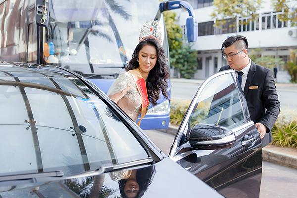 Dương Thuỳ Linh được ban tổ chức đưa đón bằng xe sang đến địa điểm diễn ra đêm thi.