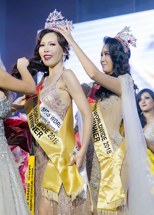 Dương Thuỳ Linh xúc động trao lại vương miện cho người kế nhiệm. Thí sinh chiến thắng tối qua là người đẹp nước chủ nhà Singapore, Á hậu 1 được trao cho đại diện của Estonia, Á hậu 2 thuộc về Philippines.