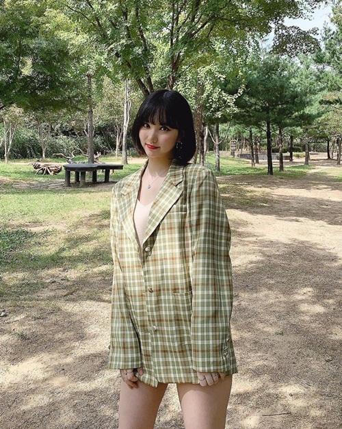 Eun Ha (GFriend) mặc quần siêu ngắn kết hợp blazer khoe chân.