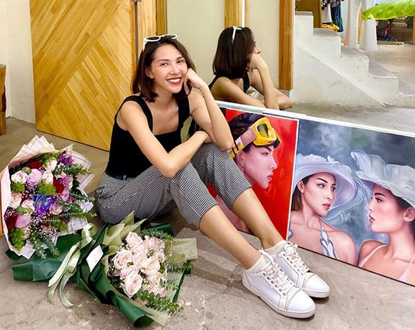 Minh Triệu khoe những bức tranh được fan vẽ tặng.