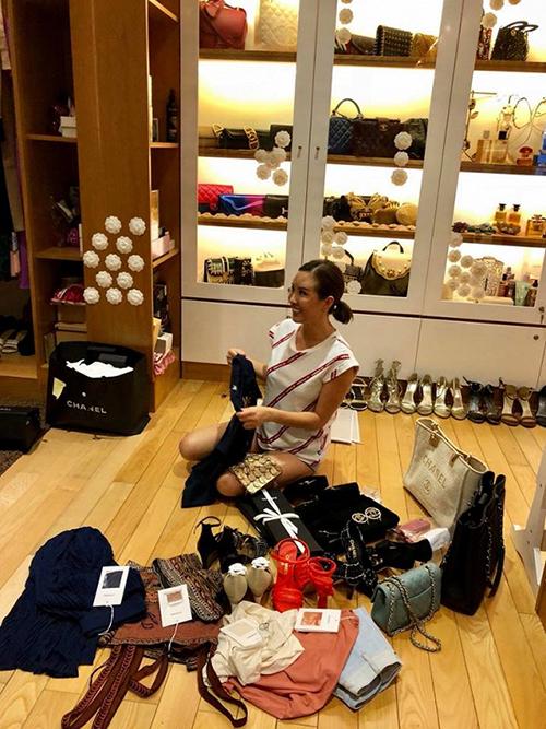 Khu trưng bày hàng hiệu chiếmnhiều diện tích trong nhà. Mỗi lần mua sắm, Thu Hoài có thể rước về cả chục món hàng trăm triệu đồng, tuy nhiên không phải món nào trong đó cô cũng dùng đến.
