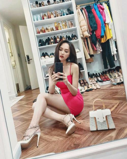 Trong bộ sưu tập này, giày cao gót chiếm phần lớn. Ước tính, hoa hậu có khoảng gần 100 đôi giày.