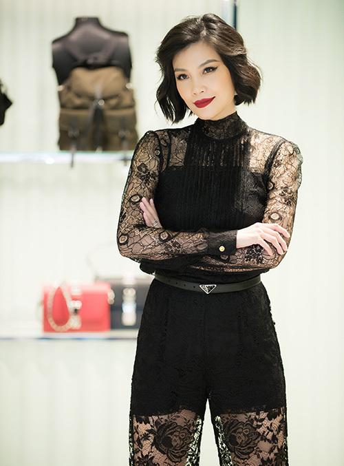 Trong dịp này, Vũ Cẩm Nhung được tổ chức sinh nhật sớm (Vũ Cẩm Nhung sinh ngày 28/10). Những bạn bè thân thiết 20 năm qua của cựu siêu mẫu cùng tụ hội, mừng tuổi 43 của người đẹp.
