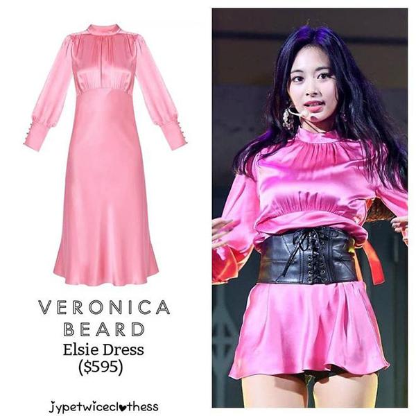 Chiếc đầm hồng lụa Tzuyu mặc vốn có chiều dài quá gối sang trọng. Vào tay stylist, nó thành bộ đầm ngắn cũn như áo, còn khiến cô nàng gặp sự cố tốc váy lộ quần bảo hộ kém duyên.