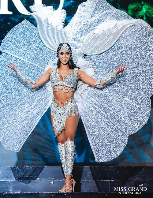 Trang phục dân tộc luôn là một trong những phần thi được mong chờ nhất ở các đấu trường sắc đẹp quốc tế. Đây không chỉ là dịp để các quốc gia và vùng lãnh thổ khoe bản sắc văn hóa riêng biệt của dân tộc, mà còn là cơ hội cho các thí sinh thoải mái thể hiện sức sáng tạo, khả năng trình diễn cũng như vóc dáng gợi cảm. Những bộ quốc phục với nhiều kiểu dáng độc đáo, sexy hết cỡ vì thế rất được ưa chuộng. Trong hình là trang phục dân tộc của thí sinh Peru.