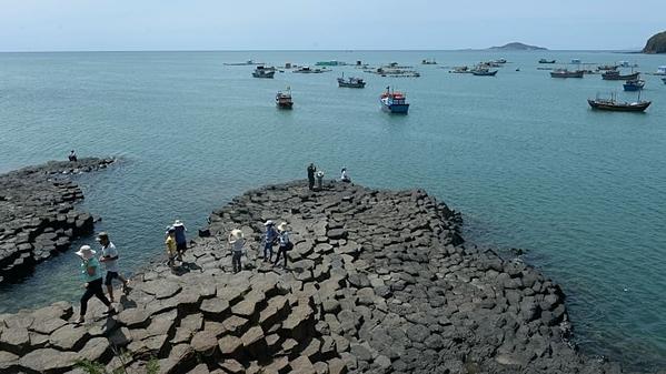 Gành Đá Đĩa ở Phú Yên là di sản Quốc gia, nổi tiếng với các cột đá bazan bí ẩn. Hàng nghìn năm trước, những vụ nổ núi lửa đã hình thành nên các khối nham thạch cứng, trông giống vảy cá. Ảnh: AFP.