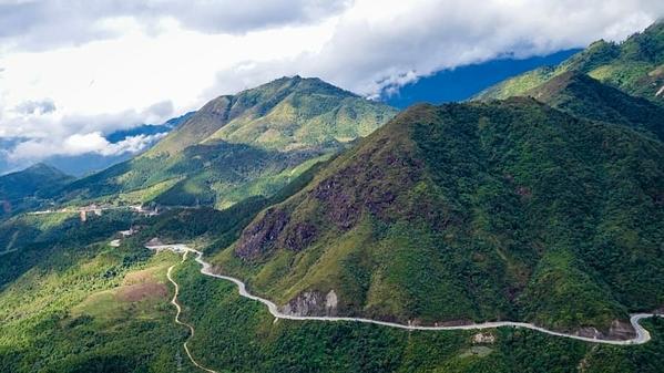 Quốc lộ QL4D nối các tỉnh phía Bắc Lai Châu và Sapa, nổi tiếng là một cung đường gập ghềnh. Con đường giăng kín sương mù, bao quanh bởi những vách đá dựng đứng là con đường cao nhất Việt Nam. Ảnh: CNN.