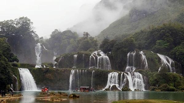 Thác Bản Giốc thuộc tỉnh Cao Bằng, cách hơn 270 km về phía Bắc Hà Nội. Ảnh: AFP.