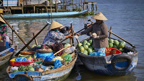 Cần Thơ là một trong những thành phố đẹp nhất dọc đồng bằng sông Cửu Long. Thành phố miền Tây này được ví như mê cung gồm các nhánh sông, phong cảnh tốt tươi, những vựa lúa, rừng ngập mặn và chợ nổi đầy màu sắc. Nổi tiếng với rau và cá tươi, những khu chợ địa phương mang lại cảm giác ngập tràn năng lượng và sự ấm cúng của gia đình. Ảnh: Azerai Hotel.