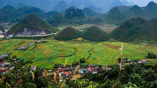 Cao nguyên đá Đồng Văn được công nhận là công viên địa chất toàn cầu của UNESCO nằm ở Đông Bắc Việt Nam. Nơi đây nằm rải rác giữa những đỉnh núi đá vôi và hẻm núi. Quanh tỉnh Hà Giang xinh đẹp, du khách sẽ được trải nghiệm cuộc sống làng quê bản địa, ngắm nhìn hệ động thực vật cổ xưa, thậm chí có thể leo lên một trong những ngọn núi 550 triệu năm tuổi - cao nhất trong số đó là đỉnh Mèo Vạc. Ảnh: CNN.