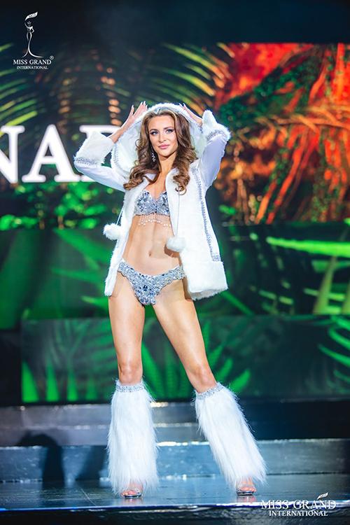Nhiều thí sinh bạo dạn biến đồ lótthành trang phục dân tộc. Đại diện Canada khiến nhiều người lầm tưởng là đang trình diễn cho Victorias Secret.