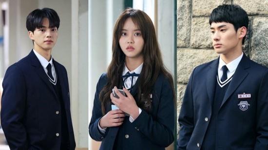 Love Alarm kể về cuộc sống tình cảm của các học sinh trung học khi họ sở hữu một ứng dụng cho phép người sử dụng biết được số người có tình cảm với mình trong bán kính 10 mét. Nữ chính Kim Jojo lại đứng ngoài xu hướng, kiên quyết không sử dụng ứng dung này. Cô nàng đã vô cùng khó khăn khi vướng vào chuyện tình tay 3 giữa một Lee Hye Young (Jung Ga Ram) dễ thương, hài hước và một Hwang Sun Oh ( Song Kang) quá hoàn hảo, chung tình.