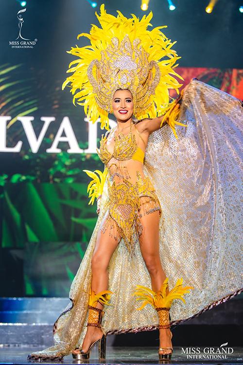 Trang phục dân tộc của người đẹp El Salvador.