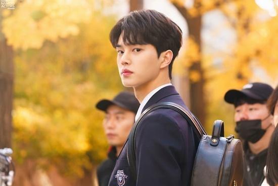 Song Kang đang là ngôi sao đang lên của làng điển ảnh xứ Hàn. Không chỉ ngoại hình điển trai, đầy nam tính và ánh mắt ấm áp, anh chàng còn được khán giả công nhận về tài năng. Song Kang còn từng làm MC của show âm nhạc Inkigayo và có ngoại hình không hề kém cạnh các idol đình đám.