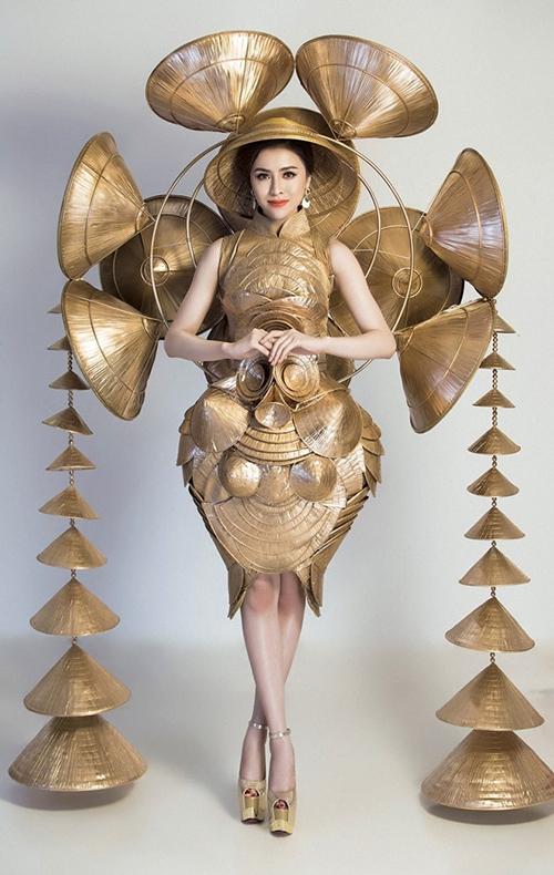 Là đại diện Việt Nam tại Miss Eco International 2018, Thư Dung mang đến bộ trang phục dân tộc Nghiêng che hồn Việt