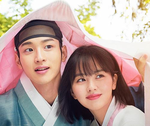 Tale of Nok Du đang làm drama Hàn đình đám của mùa thu năm nay. Phim có motif mới lạ, hài hước, xoay quanhJeon Nok Du (Jang Dong Yoon đóng), con trai một gia đình quý tộc. Không hài lòng với cuộc hôn nhân sắp đặt, Nok Du bỏ trốn khỏi nhà. Anh cải trang thành phụ nữ để ẩn náu trong một ngôi làng góa phụ. Tại đây anh gặp Dong Dong Joo (Kim So Hyun thủ vai), cô gái đangbị ép làm kỹ nữ. Nok Du đã nhận Dong Joo là con gái nuôi vàquyết định sống ở làng góa phụ trong một năm.