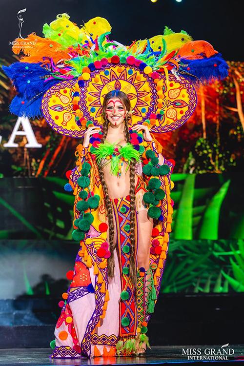 Trang phục sexy, ngập tràn sắc màu của đại diện chủ nhà Venezuela.