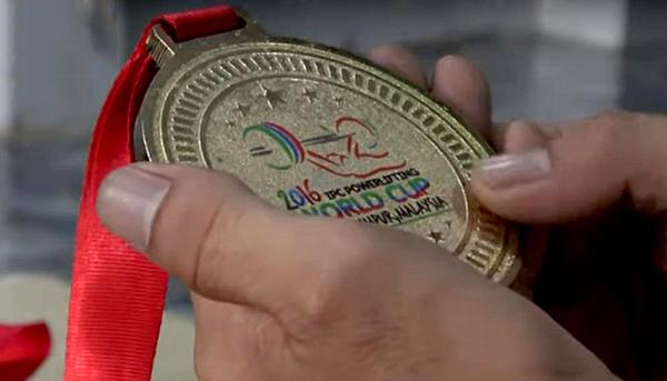 Tấm HCV World Cup cử tạ người khuyết tật thế giới năm 2016. Ảnh: Thethaotube
