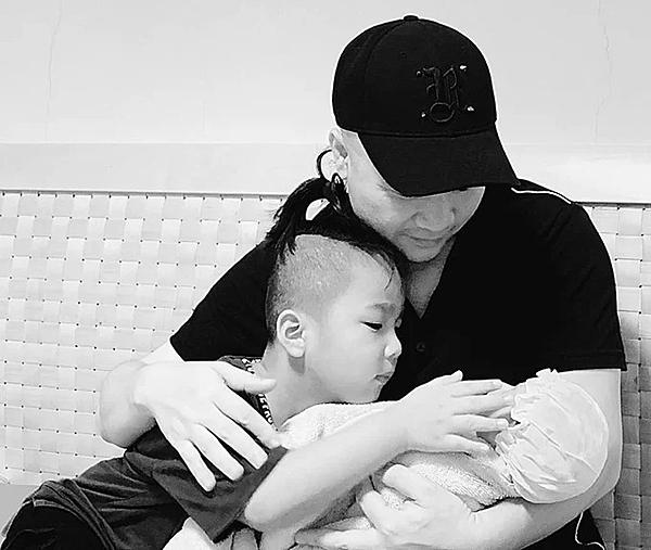 Hôm 2/5, Đỗ Mạnh Cường nhận nuôi con thứ hai. Bé gái được anh đặt tên khai sinh là Đỗ Phạm Hà My, tên gọi ở nhà là MyMy.