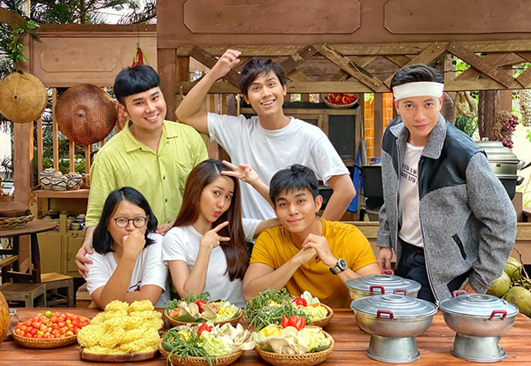Dàn diễn viên như Jun Phạm, Tường Vy, S.T... chụp hình nhí nhố.