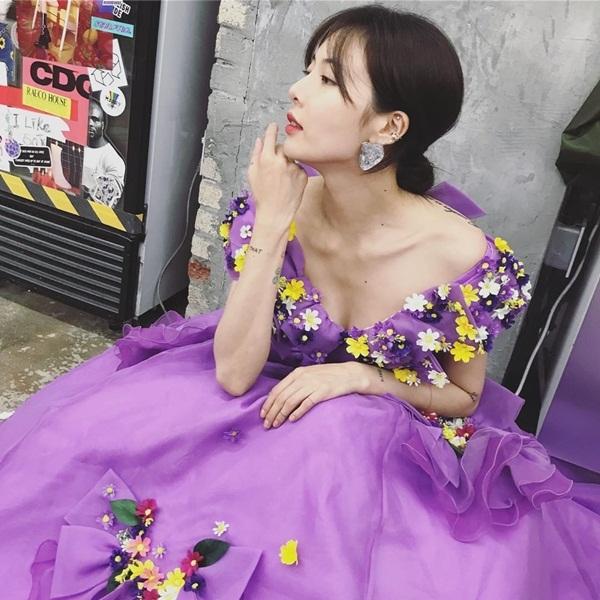 Hyuna mặc váy đính hoa điệu đà, xẻ cổ rộng mênh mang.