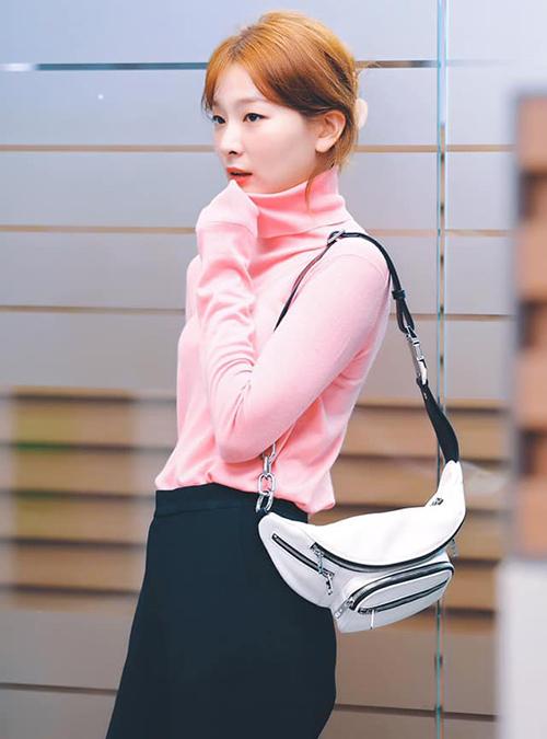 Nhiều người nhận xét, cách phối đồ của Seul Gi tuy bắt kịp xu hướng nhưng các item đều có kiểu dáng rất đơn giản, phụ kiện cũng cơ bản hết mức. Tuy nhiên cô nàng vẫn toát lên thần thái sang chảnh của một fashionista.