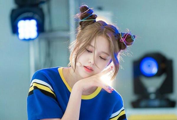 Hye Jeong (AOA) biến tấu búi tóc Pucca như hai chiếc sừng nhọn với dây buộc sắc màu.