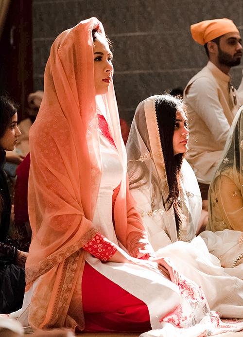 Trong hôn lễ của con gái đại gia Davinder Singh Thapar, Ngọc Hân có dịp trải nghiệm những nghi lễ cưới theo truyền thống của đạo Sikh tại nhà thờ. Cô phải đội khăn lên đầu, quỳ gối theo đúng phong tục của đạo Sikh trong lúc nghi lễ cưới của cô dâu – chú rể đang diễn ra.