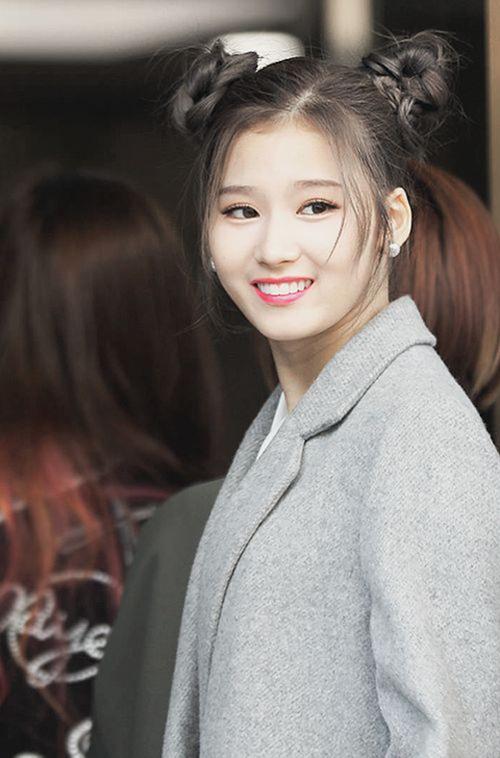 Mới đây, Sana (Twice) cũng diện kiểu tóc này ra sân bay.