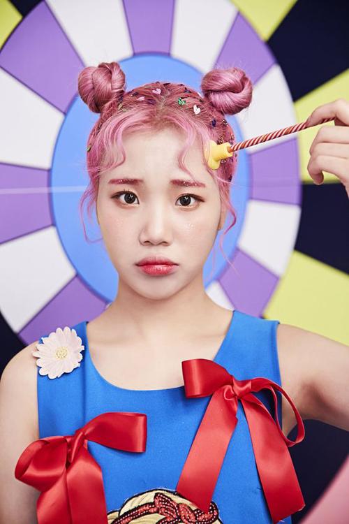 Nhắc đến kiểu tóc của Pucca, takhông thể bỏ qua JooE - nhóm Momoland.Cô nàng có rất nhiều tạo hình đáng yêu, thú vị vớikiểu tóc búi hai bên ngộ nghĩnh.