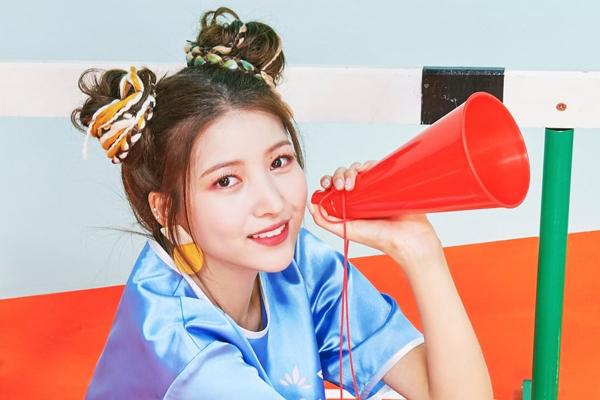 Kiểu tóc Puca rất hợp với hình tượng ngọt ngào, đáng yêu của Sowon nhóm G Friend. Stylist của cô nàng hẳn tốn không ít công sứcchăm chút thêm những sợi dây màu sắc để làm mới kiểu tóc này.