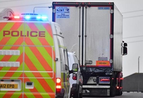 Chiếc xe tải container rời khỏi hiện trường dưới sự hộ tống của cảnh sát. Ảnh: AFP.