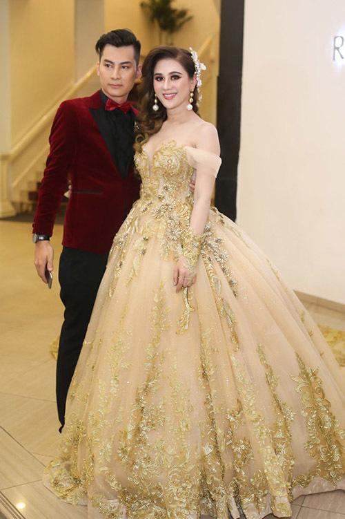 Lâm Khánh Chi đầu tư mạnh tay cho hai đám cướiTổng số trang phục cô thực hiện cho đám cưới ở Vũng Tàu và TP HCM là 15 bộ, với giá khoảng một tỷ đồng. Ca sĩ chuyển giới cho biết muốn váy cưới của mình không đụng hàng bất cứ ai nên đã chi rất nhiều tiền thiết kế riêng.