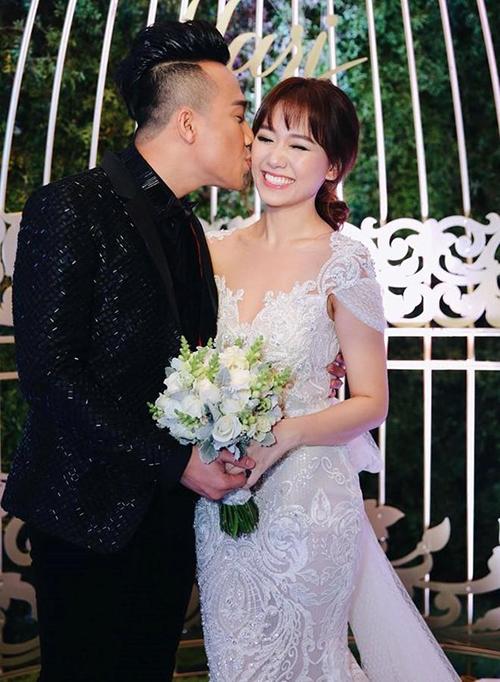 Đám cưới của Trấn Thành - Hari Won vào năm 2016 có không khí vui nhộn, đúng như tính cách của hai người. Vì tổ chức cận kề dịp Noel nên cặp đôi cũng khuyên khách mời nên mặc trang phục có tông màu đỏ hoặc đen khi tham dự.