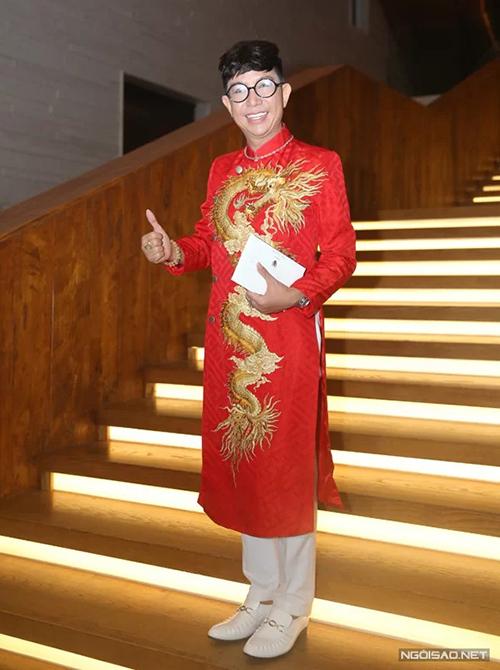 Long Nhật là sao duy nhất phá dress code khi diện áo dài đỏ rực. Nghệ sĩ cho biết vì không đọc kỹ thiệp mời nên anh để xảy ra sự cố này.