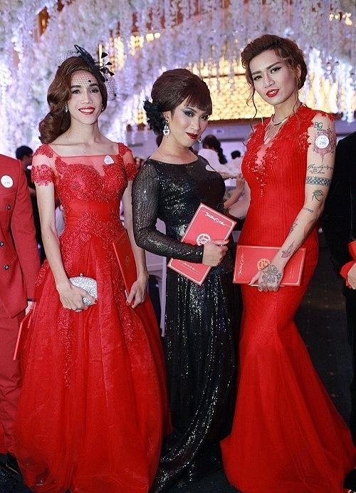 Nhiều khách mời không ngại diện đồ lồng lộn lấn át cả chủ nhân của hôn lễ, tuy nhiên cũng vì thế mà không khí của buổi tiệc trở nên đầy sôi động, rực rỡ sắc màugiống như một dạ tiệc cuối năm, khác biệt với đám cưới của nhiềungôi sao khác.