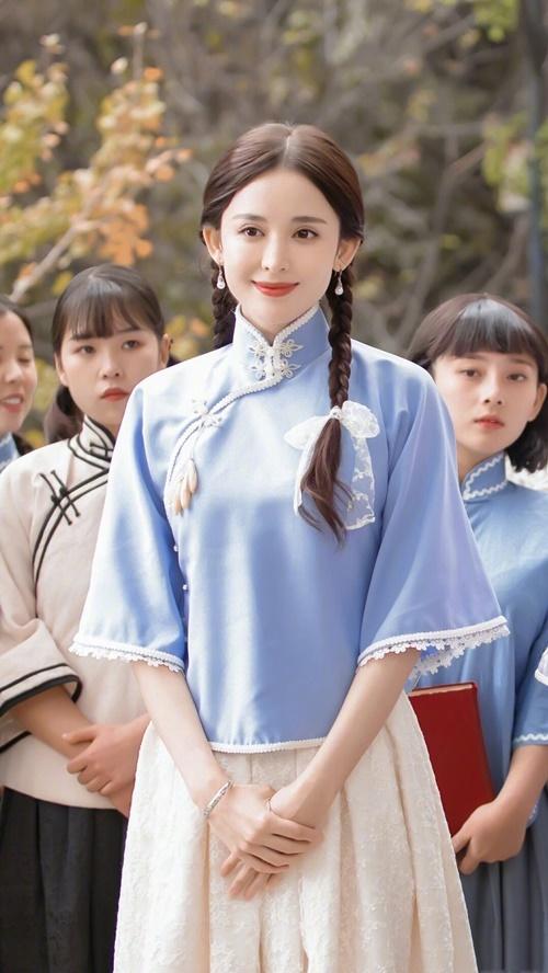 Các thiếu nữ trong phim thời dân quốc thường có nét đẹp đậm chất Trung Hoa, luôn nhẹ nhàng và sử dụng tông trang điểm nhạt. Nhiều khán giả cho rằng Cổ Lực Na Trát dù đẹp nhưng là quá Tây, phù hợp với dòng phim hiện đại hơn. Ngôi sao phù hợp với dạng vai tiểu thư mới du học nước ngoài về hay sinh ra trong các gia đình giàu có hơn là dạng vai nữ sinh thơ ngây như trong Hát vì tổ quốc.