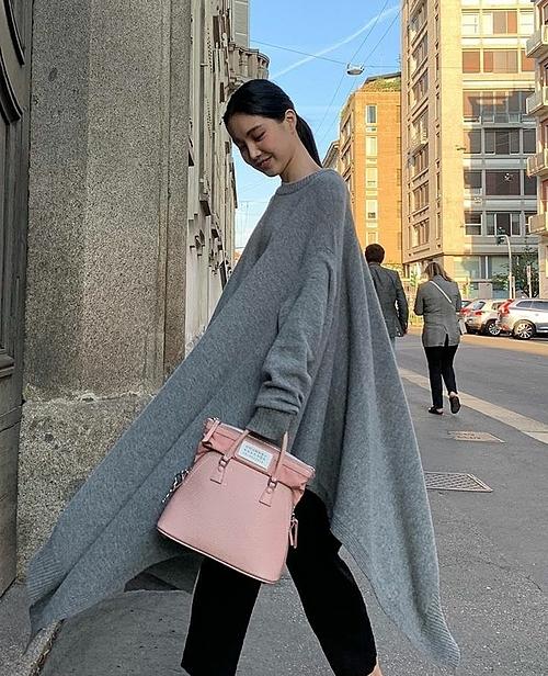 Naeun nổi tiếng với phong cách đơn giản vẫn thần thái.  Nhưng với mẫu váy len độc đáo của Maison Margiela thì dù kết hợp với túi xách nghìn đô, cô nàng vẫn không sang nổi.