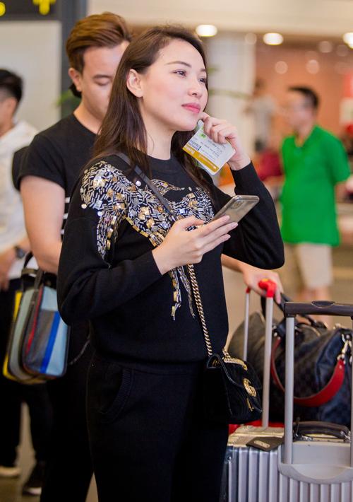 Chân dài Quỳnh Thư mặc đồ thoải mái.