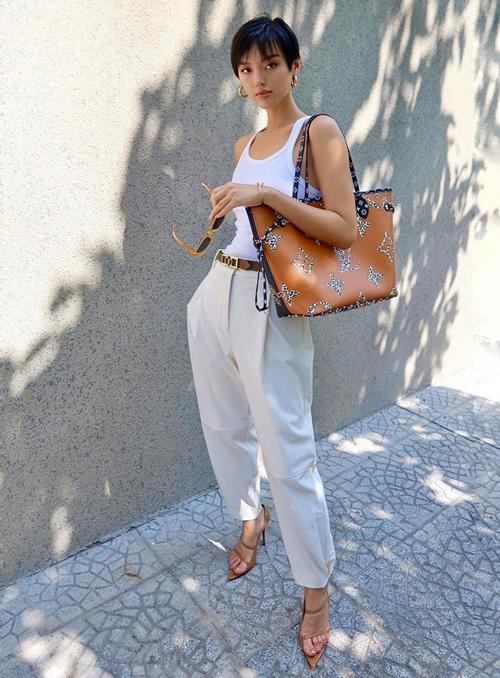 Chỉ với tanktop và quần vải tông nude, Khánh Linh cũng có set đồ chất lừ nhờ kết hợp cả set phụ kiện nâu tông xuyệt tông.