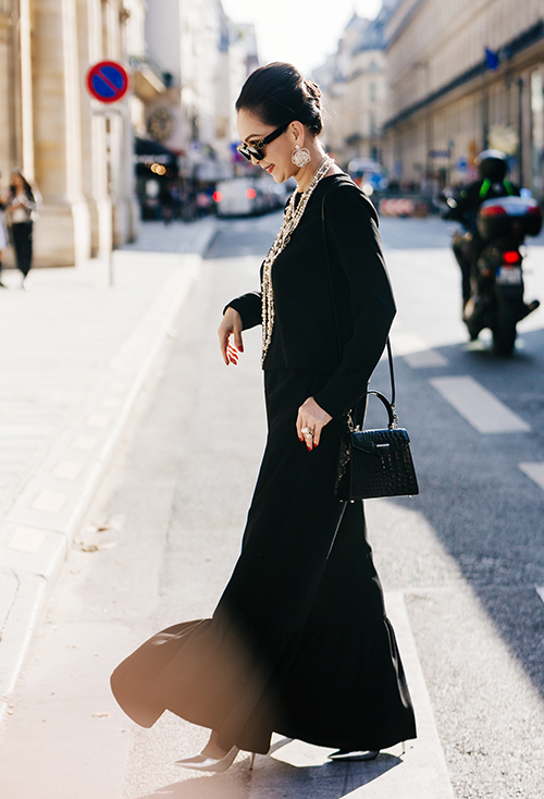 Bộ cánh phối giữa quần ống rộng và áo tay dài mang đến vẻ ngoài thanh lịch cho Diễm My trên đường phố. Nữ diễn viên phối cùng giày Saint Laurent màu xám, túi cá sấu Kwapen, kính Louis Vuitton.