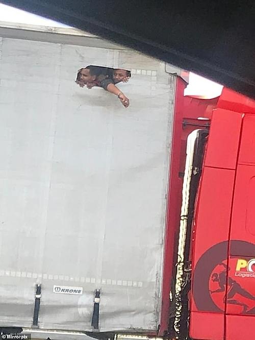 Bức ảnh người nhập cư Anh đục lỗ thùng xe tải lấy không khí