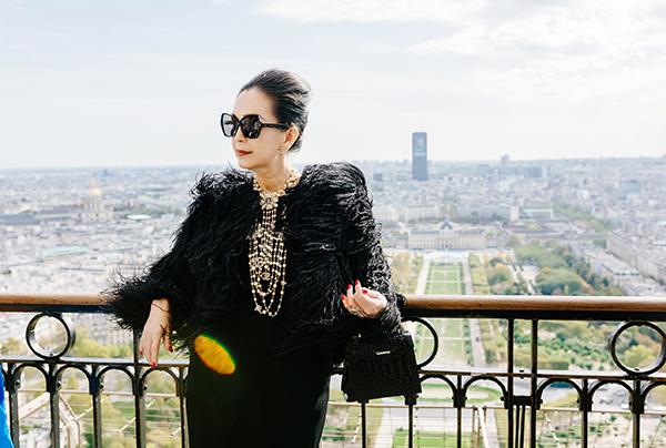 Tại đây, nữ diễn viên gây chú ý khi diện bộ đầm ôm sát phối cùng áo lông đà điểu đậm chất Thu Đông bên ngoài. Diễm My phối trang phục với loạt vòng cổ, hoa tai, nhẫn của Chanel, túi da cá sấu của Kwapen, giày Celine trông vô cùng sang trọng.