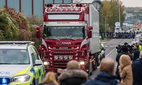 Chiếc container rời khỏi khu công nghiệp ở Grays, Essex dưới sự hộ tống của cảnh sát.