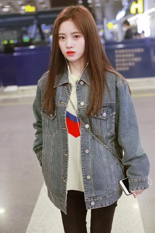 Được xem là một trong những món đồ bất hủ, áo khoác denim được ưa chuộng nhiều năm nay nhưng không hề lỗi mốt. Đây là trang phục mà sao Trung Quốc nào cũng có khi ra sân bay trong những ngày thu đông. Item giúp Cúc Tịnh Y có diện mạo khỏe khoắn.