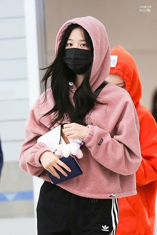 Tại sân bay trở về Hàn ngày 27/10, Jang Won Young mix track pants cùng áo hoodie trẻ trung.