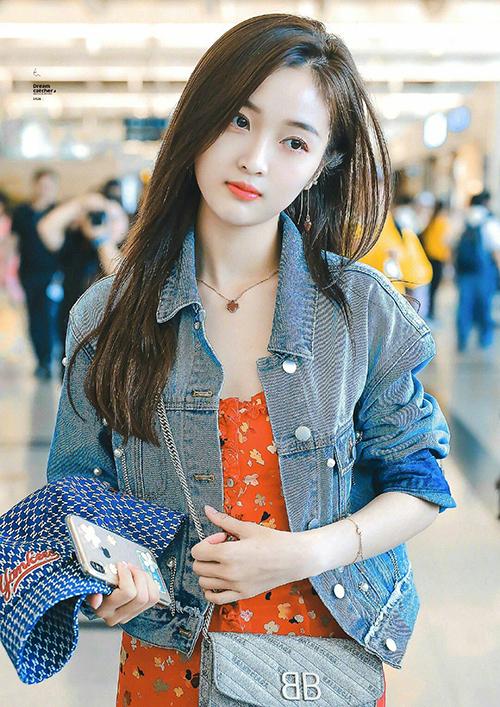 Chiếc áo khoác denim dáng ngắn cũng xuất hiện cùng Ngô Tuyên Nghi tại sân bay. Cô nàng kết hợp với váy dây hoa, tạo nên hình ảnh năng động mà vẫn nữ tính.