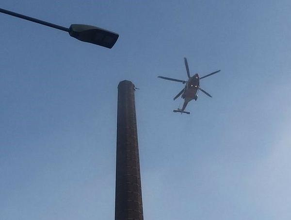 Trực thăng được huy động để giải cứu người đàn ông mắc kẹt trên ống khói.